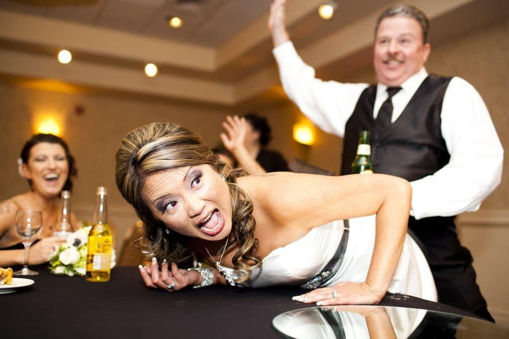 Noiva caindo pagando mico em casamento